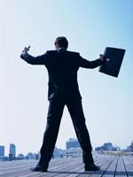 ボードウォークに立つビジネスマン 11000009584| 写真素材・ストックフォト・画像・イラスト素材|アマナイメージズ