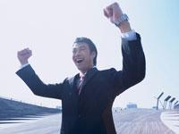 ガッツポーズのビジネスマン 11000009586| 写真素材・ストックフォト・画像・イラスト素材|アマナイメージズ
