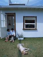 寝転ぶ犬とカップル