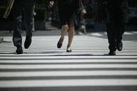 走る男女の足