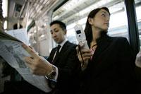 電話を見る女性 11000010448| 写真素材・ストックフォト・画像・イラスト素材|アマナイメージズ