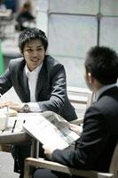 カフェで仕事をする男性 11000010467| 写真素材・ストックフォト・画像・イラスト素材|アマナイメージズ