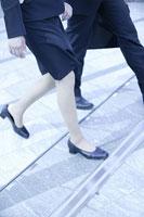 歩く男女 11000010482| 写真素材・ストックフォト・画像・イラスト素材|アマナイメージズ