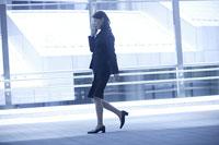 歩く女性 11000010559| 写真素材・ストックフォト・画像・イラスト素材|アマナイメージズ