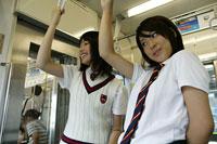 電車に乗る高校生