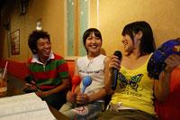 カラオケの男女 11000011020| 写真素材・ストックフォト・画像・イラスト素材|アマナイメージズ