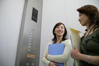 エレベーターの中の2人の女性