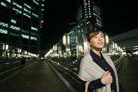 夜のビル街と女性 11000012345  写真素材・ストックフォト・画像・イラスト素材 アマナイメージズ