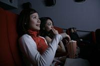 映画を観る2人の女性