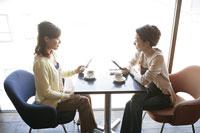 携帯電話を使う2人の女性