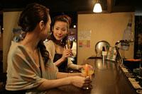 バーで飲む2人の女性 11000012526  写真素材・ストックフォト・画像・イラスト素材 アマナイメージズ