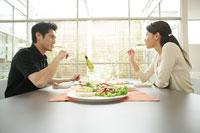 食事をするカップル 11000012924| 写真素材・ストックフォト・画像・イラスト素材|アマナイメージズ