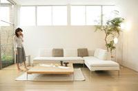 リビングルームと女性 11000012956| 写真素材・ストックフォト・画像・イラスト素材|アマナイメージズ