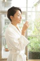 水を飲む女性 11000012961| 写真素材・ストックフォト・画像・イラスト素材|アマナイメージズ