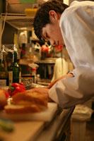 レストランの厨房で調理をしている男性