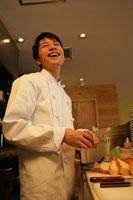 レストランの厨房で料理をしている男性