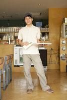 カフェで水を運んでいる男性 11000013300| 写真素材・ストックフォト・画像・イラスト素材|アマナイメージズ