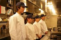 厨房で整列しているレストランのスタッフ 11000013308| 写真素材・ストックフォト・画像・イラスト素材|アマナイメージズ