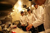 レストランの厨房で調理を習うスタッフ 11000013330| 写真素材・ストックフォト・画像・イラスト素材|アマナイメージズ