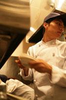 レストランの厨房で働く男性