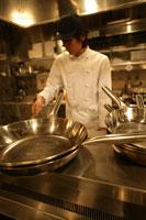 レストランの厨房で調理をしている男性 11000013366| 写真素材・ストックフォト・画像・イラスト素材|アマナイメージズ
