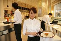 レストランで料理を運ぶ人たち 11000013403| 写真素材・ストックフォト・画像・イラスト素材|アマナイメージズ