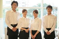 レストランのホールで働くスタッフ達 11000013422| 写真素材・ストックフォト・画像・イラスト素材|アマナイメージズ