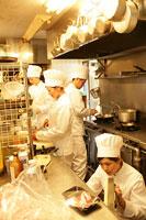 レストランの厨房で働く人たち