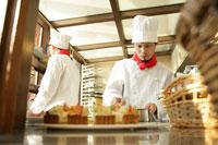レストランの厨房で料理をする男性