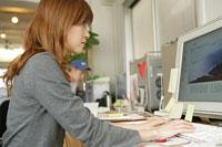 パソコンに向かう女性 11000013627  写真素材・ストックフォト・画像・イラスト素材 アマナイメージズ