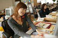 仕事をしている女性 11000013632  写真素材・ストックフォト・画像・イラスト素材 アマナイメージズ