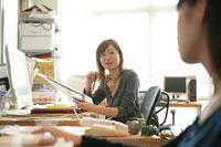 仕事をしている女性 11000013644  写真素材・ストックフォト・画像・イラスト素材 アマナイメージズ