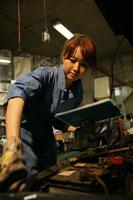 自動車整備工場で働く女性