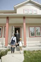 家を出かける家族 11000014558| 写真素材・ストックフォト・画像・イラスト素材|アマナイメージズ