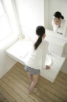 鏡を見る女性 11000015269| 写真素材・ストックフォト・画像・イラスト素材|アマナイメージズ