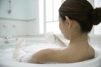 入浴する女性 11000015309| 写真素材・ストックフォト・画像・イラスト素材|アマナイメージズ