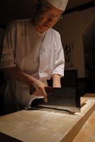 蕎麦打ち 11000016691| 写真素材・ストックフォト・画像・イラスト素材|アマナイメージズ