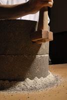 蕎麦粉を挽く