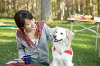 キャンプをする女性と犬