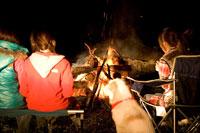 キャンプをする女性グループ