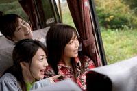 バスに乗った女性グループ