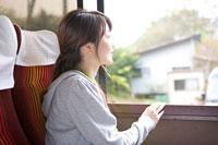 バスに乗った女性