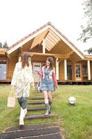 ログハウスの前に立つ女性二人
