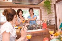 料理をする女性 11000017132| 写真素材・ストックフォト・画像・イラスト素材|アマナイメージズ