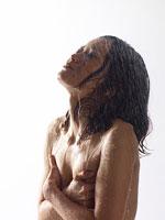 水に打たれる女性