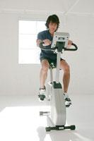 トレーニングする男性 11000017705| 写真素材・ストックフォト・画像・イラスト素材|アマナイメージズ