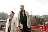 笑顔で町を歩く家族