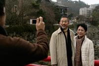 笑顔で町を歩く夫婦