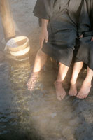 足湯に入るシニアカップル