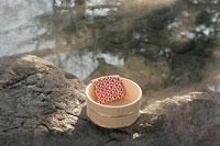温泉と木の桶 11000018198| 写真素材・ストックフォト・画像・イラスト素材|アマナイメージズ